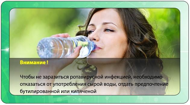 Девушка пьет бутилированную воду