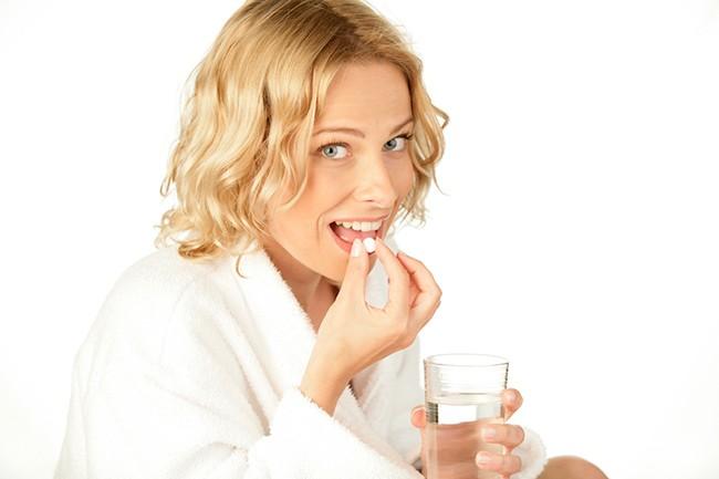 Девушка принимает препарат при ротавирусе
